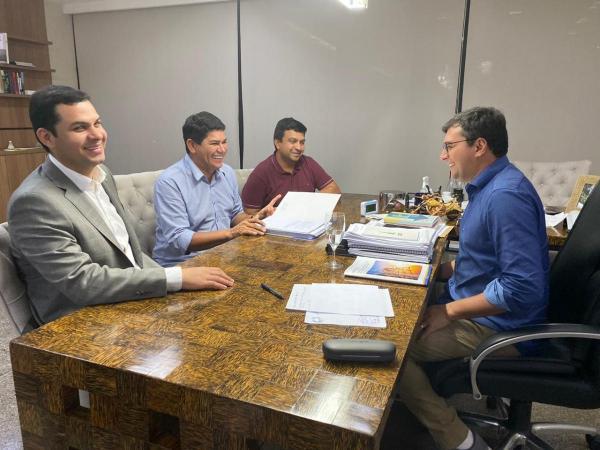 Em encontro com governador, prefeito de Parintins prioriza muro de arrimo