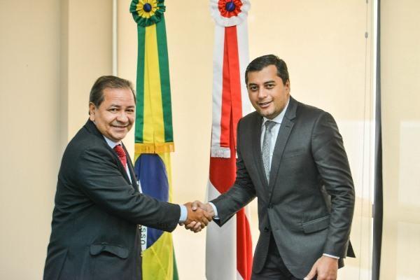 Otávio Gomes toma posse como controlador-geral do AM