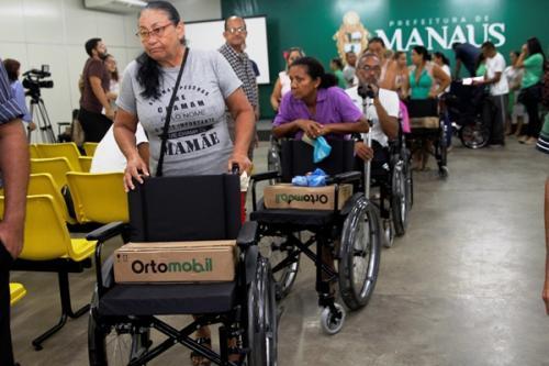 Programa 'Abraço Solidário' entrega 50 cadeiras de rodas, em Manaus