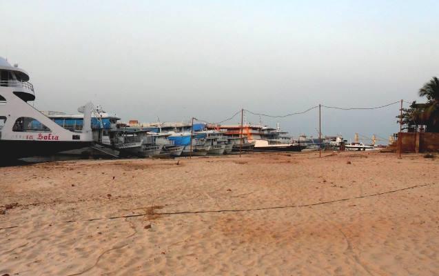 Praia da Maracangalha está sendo usada como 'cemitério de barcos'