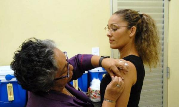 Jovens de 20 a 29 anos devem tomar a segunda dose da vacina contra o sarampo