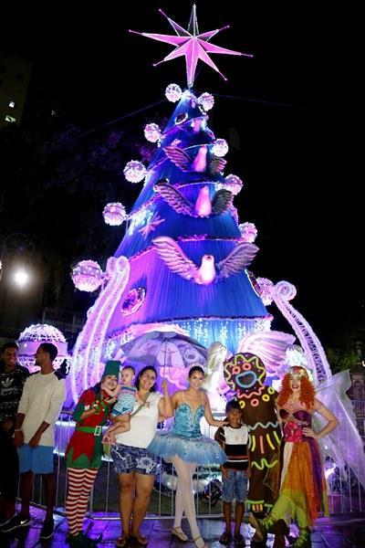 'Natal do Abraço' inicia com entrega da árvore da praça da Matriz, em Manaus