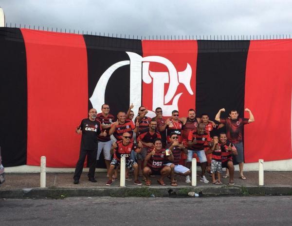 Com bandeira gigante e 'céu rubro-negro', torcedores do Flamengo preparam festa no Japiim