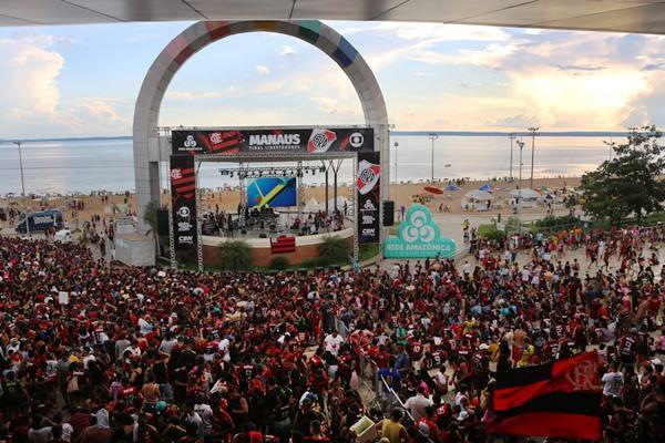 Torcedores comemoram título do Flamengo na Ponta Negra, em Manaus