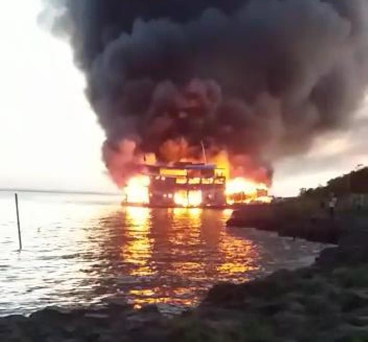 Balsa pega fogo com 60 passageiros a bordo, em Santarém; vídeo