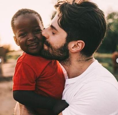 Alok visita crianças órfãs do Moçambique, pela terceira vez, em ação social
