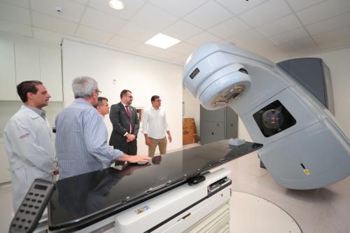 Em visita a FCecon, Wilson garante fim da fila de espera por radioterapia no AM