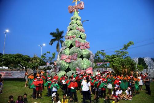 Prefeitura de Manaus inaugura árvore de Natal sustentável na Max Teixeira