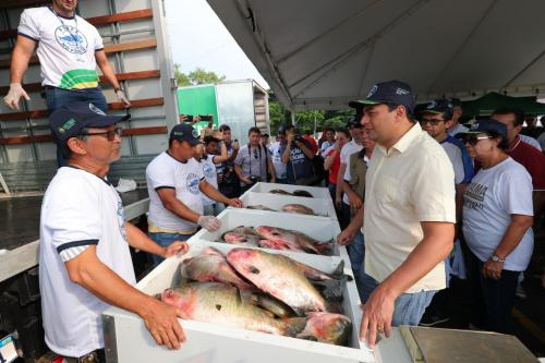 'Peixe no Prato' leva 2,5 toneladas de pescado ao bairro Alvorada