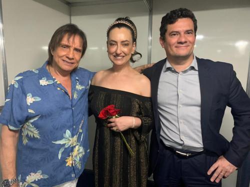 Roberto Carlos agradece e pede aplausos para Moro, em show, em Curitiba