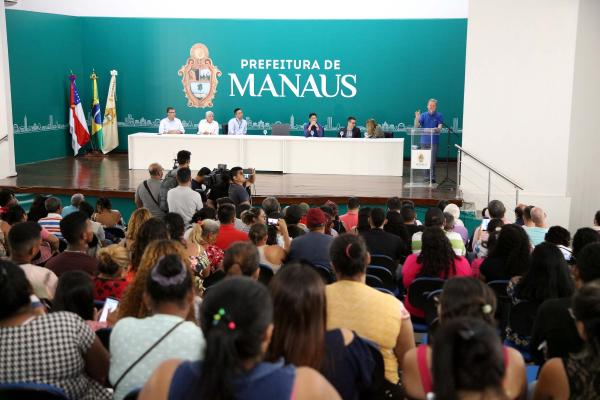 Prefeito de Manaus anuncia entrega de 100 casas para vítimas de incêndio no Educandos