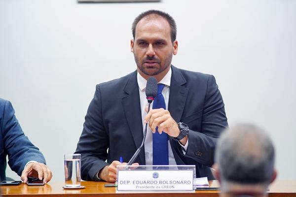 PSL suspende Eduardo Bolsonaro por um ano e pune mais 17 deputados