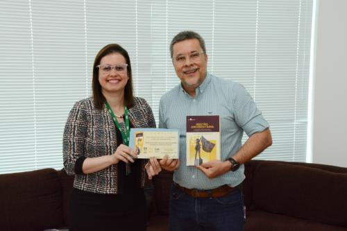 Professora da UEA lança livro sobre universidades em área de fronteira