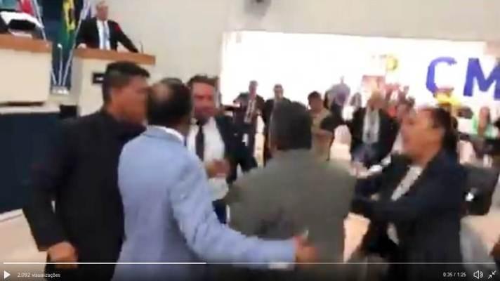 Vereadores de Belém trocam empurrões durante sessão na Câmara