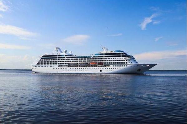 Navio Insignia traz mil turistas a Manaus