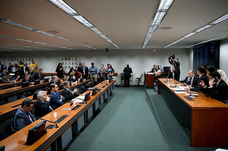 Comissão do Congresso aprova orçamento de R$ 3,8 bilhões para campanhas, em 2020