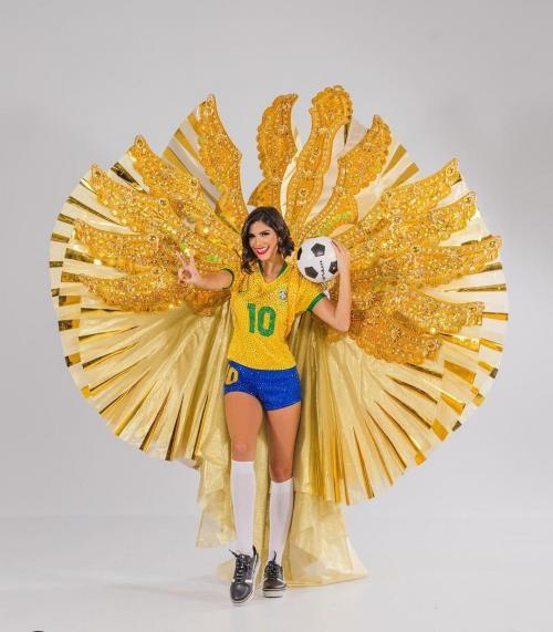 [Na preliminar do Miss Universo, Júlia Horta homenageia futebol feminino]