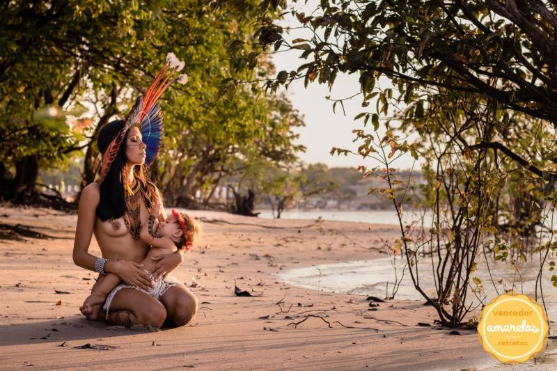 Foto de indígena amamentando na praia de Alter do Chão (PA) é premiada em concurso latino-americano