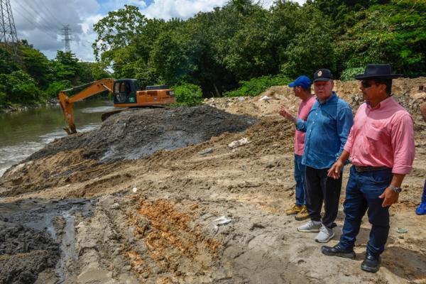 Prefeito de Manaus vistoria trabalho de dragagem no igarapé do Mindu