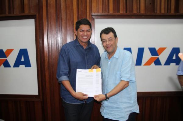 Bi Garcia assina convênio de R$ 12 milhões para asfaltamento e melhorias sanitárias em Parintins