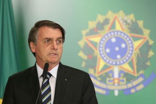 Jair Bolsonaro leva tombo, bate a cabeça e é hospitalizado