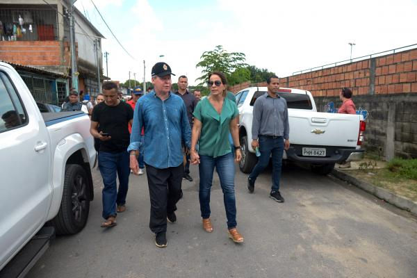 Em véspera de Natal, prefeito e primeira-dama visitam obras do igarapé do Mindu