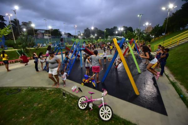 Wilson Lima entrega Praça Elza Simões de Oliveira, no Centro de Manaus