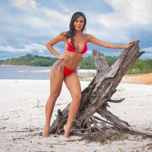 Rainha de bateria da Grande Família posa em praia deserta: 'Permita-se'