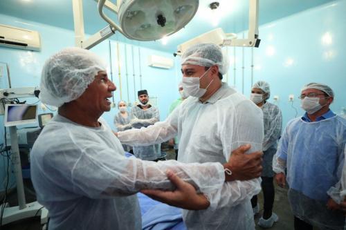 Governador anuncia contratação de terceirizados da saúde e construção de hospital no interior do AM