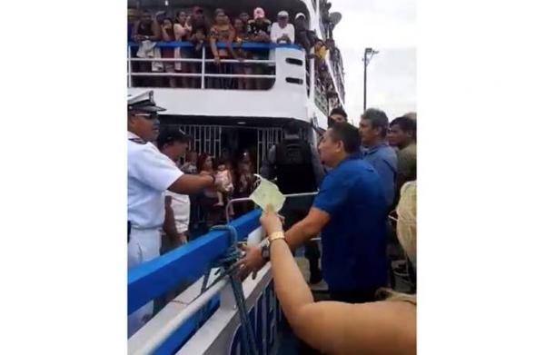 Marinha impede barco superlotado de seguir viagem do Porto de Parintins (AM)