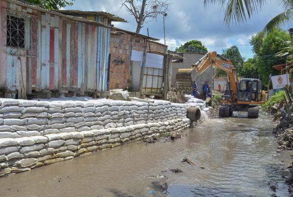 Trabalhos de dragagem e limpeza de igarapé, rip-rap e tapa-buraco no Novo Aleixo, em Manaus