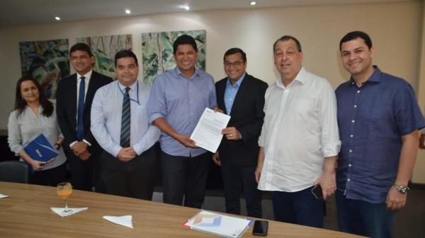 Omar destina R$ 14 milhões para asfaltar ruas de Parintins