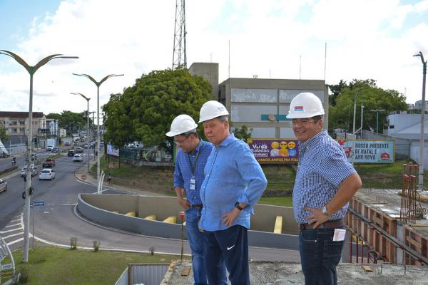 Prefeito vistoria avanço da obra de instalação do Centro de Controle da Cidade
