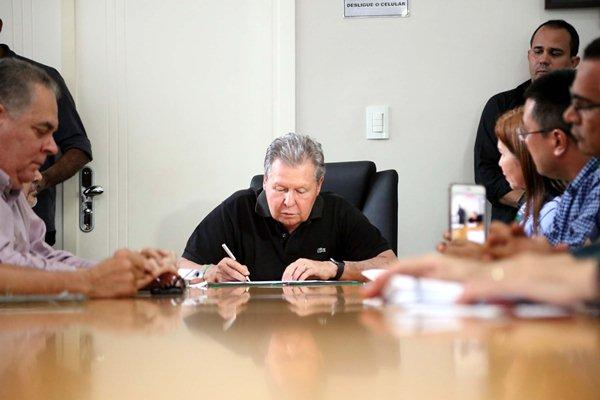 Arthur apresenta mais três leis que incentivam regularização de imóveis, em Manaus