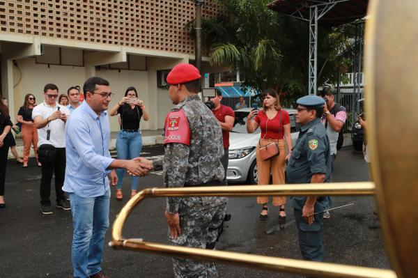 Wilson anuncia auxílio-fardamento de R$ 2,7 mil para PMs e bombeiros do AM