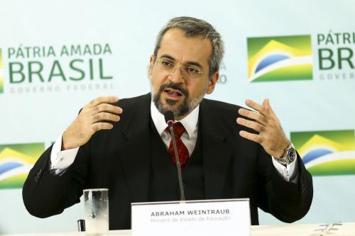 Weintraub nega a história brasileira e diz que ditadura não entra no Enem