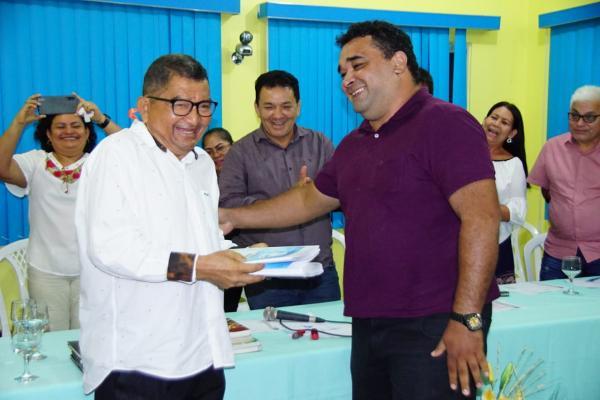 Wilson Nogueira lança livro e anuncia doação de 1,6 mil exemplares de acervo pessoal