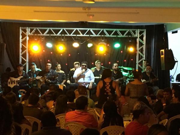 David Assayag embala show cantando Caprichoso e Garantido, em Parintins