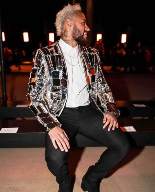 [Com jaqueta espelhada, Neymar usa look avaliado em R$ 76,6 mil no Balmain]