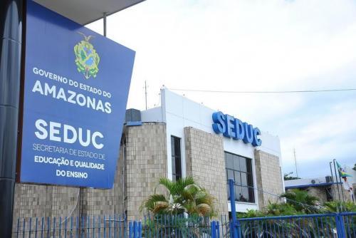 Seduc/AM mantém Escola Estadual Tiradentes com antigos alunos, em Manaus