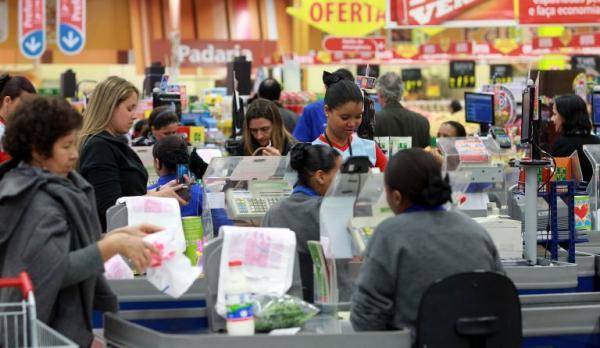 Supermercado que conferir compras de clientes será multado, no AM
