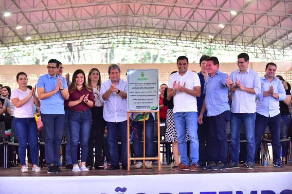 Wilson Lima inaugura Ceti em Presidente Figueiredo e fornecimento de fardamento e kit escolar