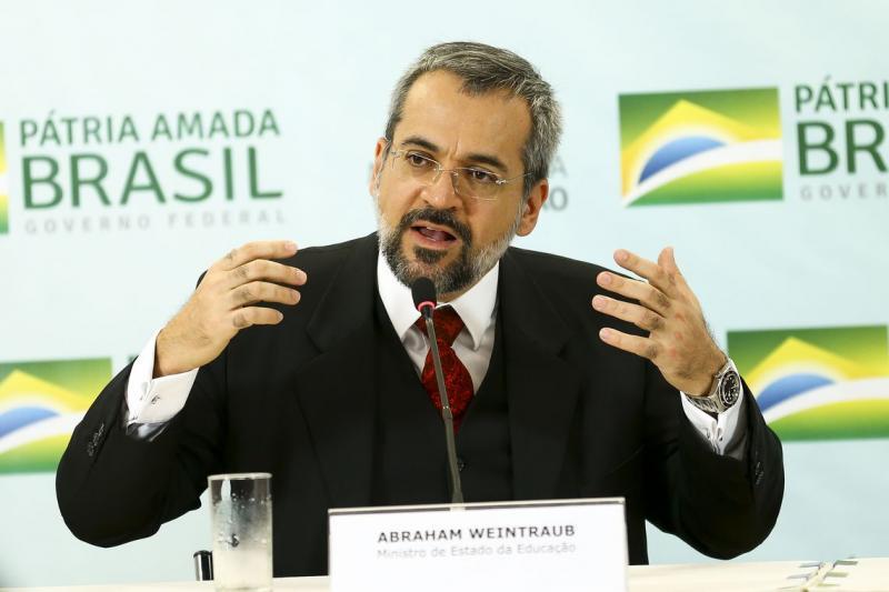 MEC volta a 'assassinar' a língua portuguesa e escreve 'suspenção'