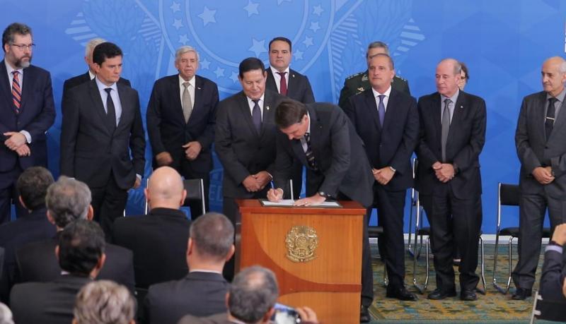 Bolsonaro assina decreto que cria Conselho Nacional da Amazônia
