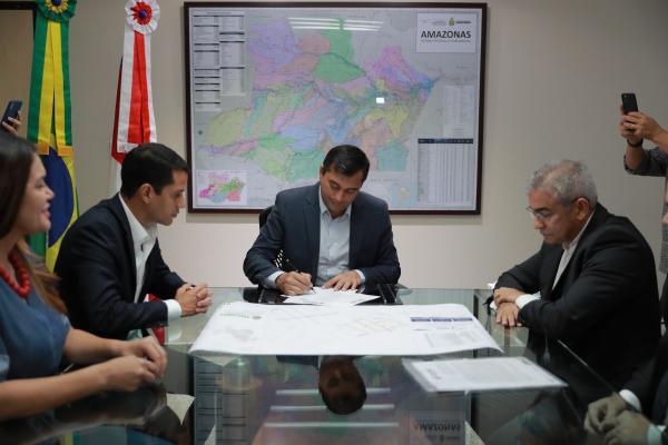 Wilson assina contratos de R$ 19,5 milhões para recuperar sistemas viários de Maués e Tefé