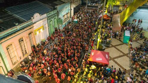 Banda Pinto Molhado movimenta o domingo magro (16) de Carnaval, em Parintins
