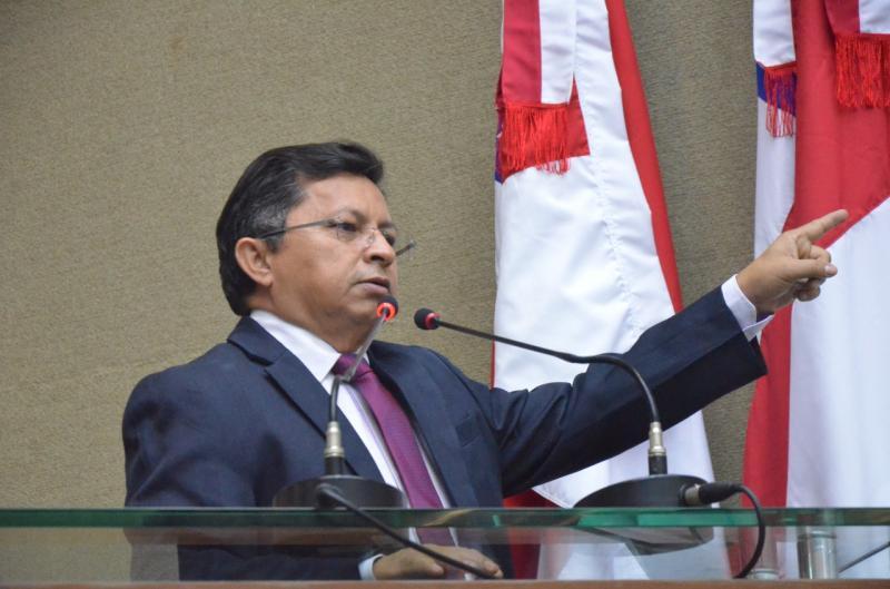 Sinésio Campos critica deputado Perícles por divulgação de Fake News