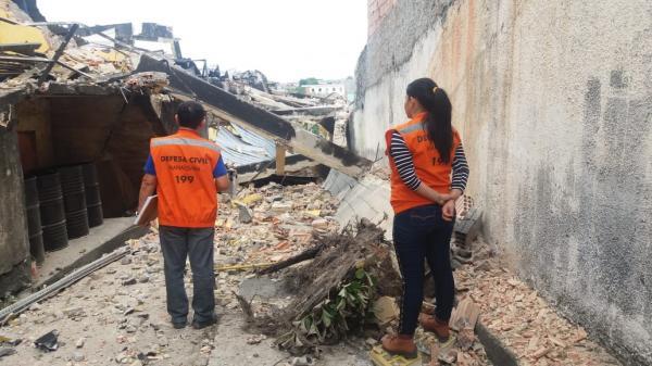 Prefeitura vistoria prédio que pegou fogo na Compensa e interdita moradias por risco de desabamento