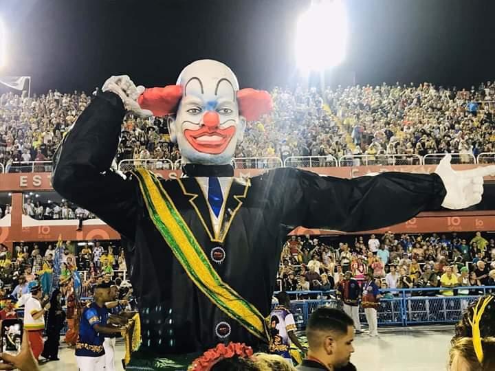 Carnaval do Rio tem protesto contra Bolsonaro com palhaço presidente que faz arminha