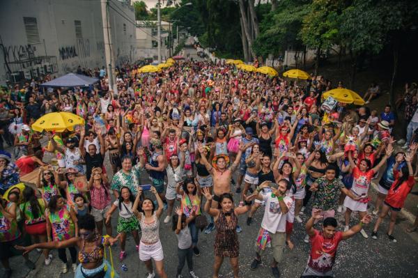 Bloco Amigos do Boi leva centenas de pessoas a dançar toadas de Caprichoso e Garantido em SP